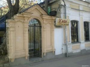 """Ставрополь. Калитка в пивоварню """"Салиса"""". Сегодня там летнее кафе."""