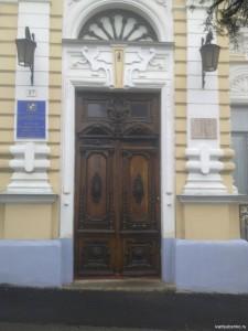 Двери музыкального салона братьев Леонидовых