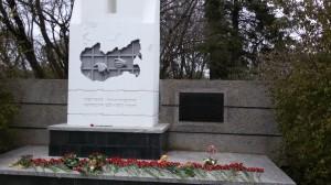Цветы у мемориала