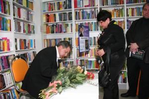 Иван Любенко оставляет читателям автографы.